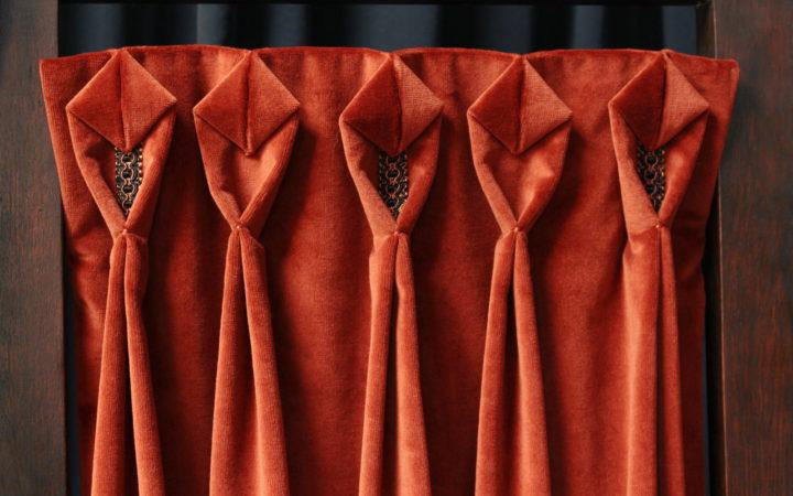 Tête de rideaux tapissière originale plis cocotte finition galon tressé tissu velours brique Métissage et matières