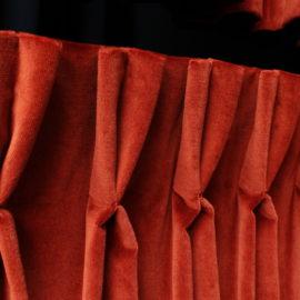 Tête de rideaux tapissière plis pincés double flamands tissu velours brique Métissage et matières