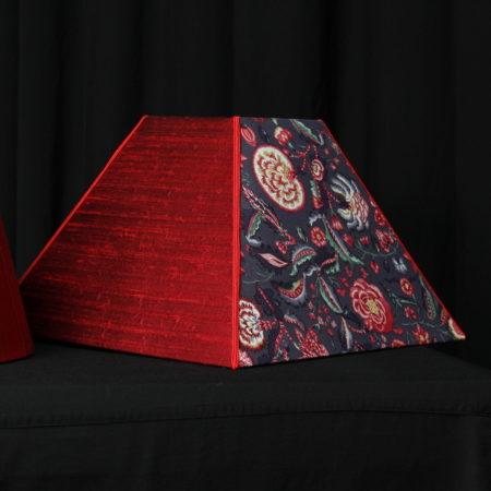 Abat-jour forme carré pyramidal en bi-face en soie et chintz hollandais finition soutache Métissage et Matières