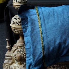 Coussin détail ambiance décoration soie doupion bleu canard Métissage et Matières