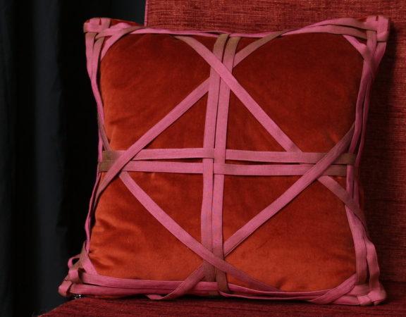 Coussin de décoration en velours brique avec bandes de soie tressées Métissage et Matières
