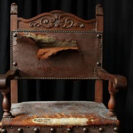 Fauteuil style renaissance en cuir repoussé avant restauration réfection Métissage et Matières