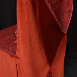 Housse de chaise siège originale à capuche tissu velours brique et finition passementerie gland Métissage et Matières Tapissière
