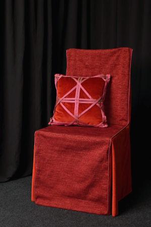 Housse de chaise siège originale à capuche et coussin en velours brique avec bandes de soie tressées Métissage et Matières Tapissière