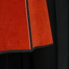 Lampadaire avec abat-jour forme carré alsacien style victorien en velours brique finition soutache et galon épi chanel Métissage et Matières