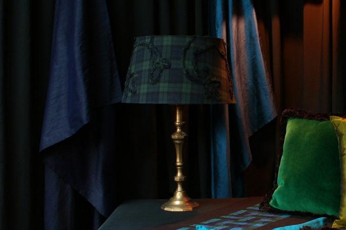 Lampe avec abat-jour forme tambour contrecollé tissu motif écossais brodé Métissage et Matières