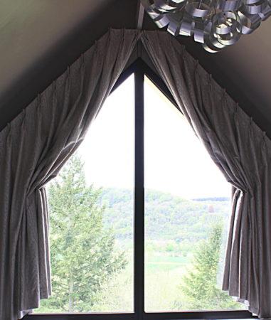Décors particuliers rideaux pour fenêtre forme triangle triangulaire trapèze tête tapissière à plis pincés double en demi-ouverture Giverny Eure 27620 Métissage et Matières Tapissière