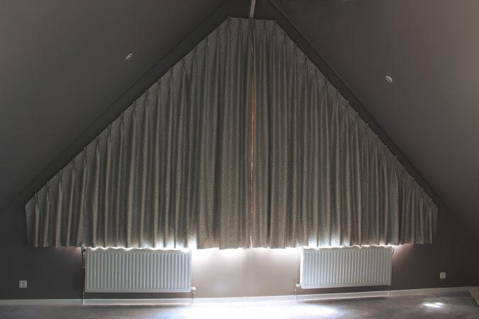 Décors particuliers rideaux pour fenêtre forme triangle triangulaire trapèze tête tapissière à plis pincés double fermés Giverny Eure 27620 Métissage et Matières Tapissière