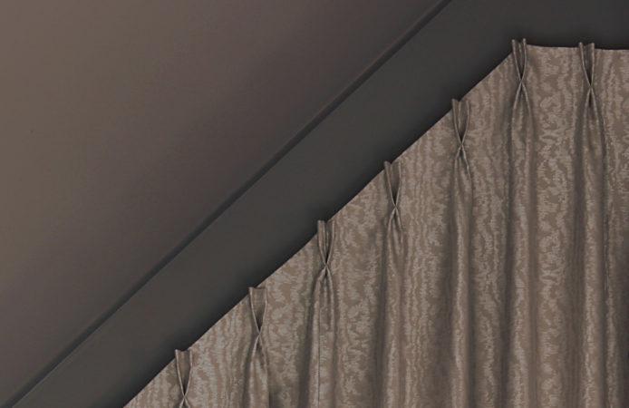 Décors particuliers rideaux pour fenêtre forme triangle triangulaire trapèze tête tapissière à plis pincés double Giverny Eure 27620 Métissage et Matières Tapissière