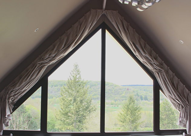 Décors particuliers rideaux pour fenêtre forme triangle triangulaire trapèze tête tapissière à plis pincés double ouverts Giverny Eure 27620 Métissage et Matières Tapissière