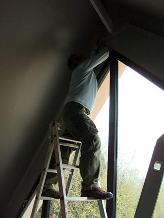 Décors particuliers rideaux pour fenêtre forme triangle triangulaire trapèze avant pose chez client Giverny Eure 27620 Métissage et Matières Tapissière