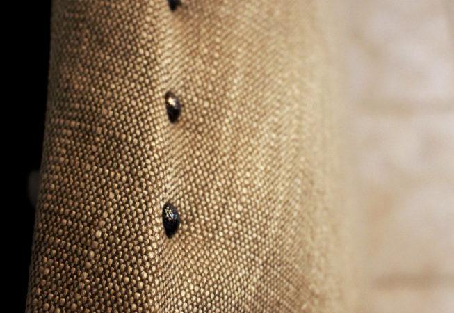 Tête de lit sur-mesure détail clous tapissier Tapissier tapissière Abat-jouriste Métissage et Matières Yvelines 78 Eure 27 Paris 75