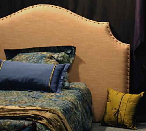 Tête de lit sur-mesure forme style chapeau de gendarme finition clous tapissier Yvelines 78270 Métissage et Matières