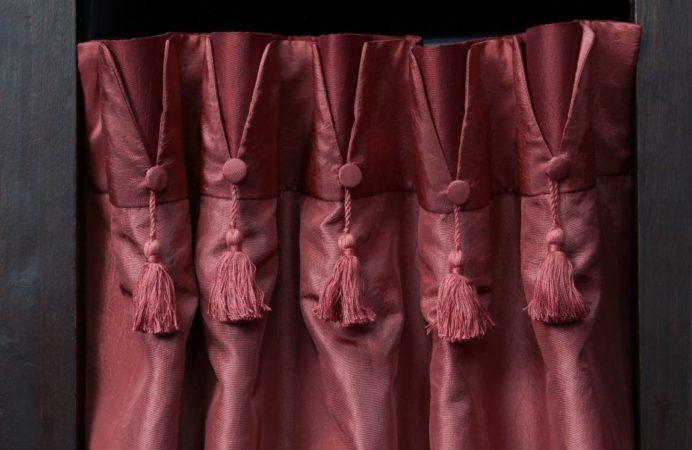 Tête de rideaux tapissière originale col mao finition bouton recouvert de tissu et gland de clé pompon tissu taffetas Métissage et Matières