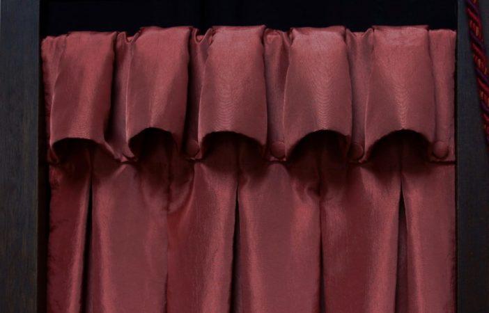 Tête de rideaux tapissière originale à godets inversés boutonnée suspendue sur tringle tissu taffetas bois de rose Métissage et Matières