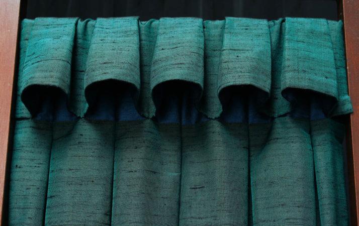 Tête de rideaux tapissière originale à godets inversés boutonnée suspendue sur tringle tissu soie vert Métissage et Matières