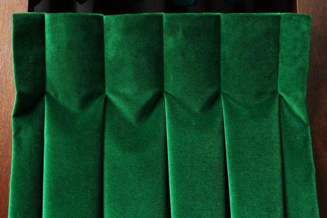 Tête de rideaux tapissière contemporaine plis creux velours vert Métissage et Matières