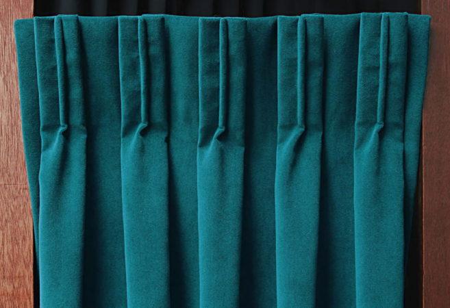 Tête de rideaux tapissière plis plats avec nervure centrale tissu velours bleu canard Métissage et Matières