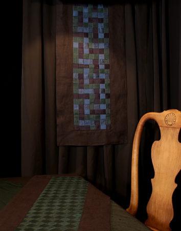 Panneau décoratif mural technique meshwork avec bandes en soie doupion tressées bordées de lin noir Métissage et Matières