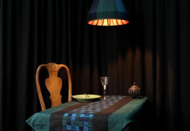 Ambiance mise en table tenture décorative tressée chemin de table technique meshwork avec bandes en soie doupion tressées bordées de lin noir Métissage et Matières