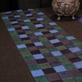 Tenture décorative tressé chemin de table technique meshwork avec bandes en soie doupion tressées bordées de lin noir Métissage et Matières