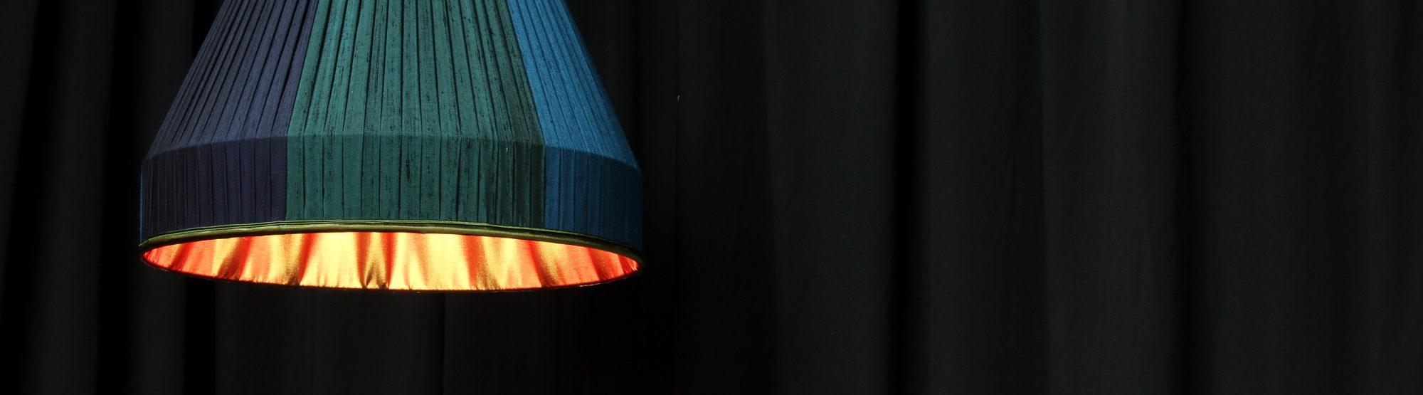 Suspension plissée plis plats cousu main bandes verticales tissu soie doupion doublure intérieure taffetas Métissage et Matières
