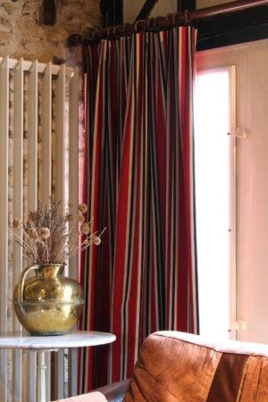Rideaux tête tapissière tissu à rayures noir rouge et or Casadéco Tapissier tapissière Abat-jouriste Métissage et Matières Yvelines 78 Eure 27 Hauts-de-Seine 92 Paris 75