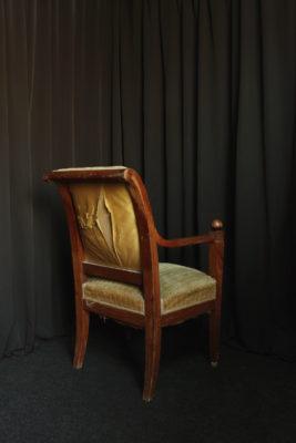 Restauration fauteuil Directoire avant restauration réfection tissu Casal aquaclean Tapissier tapissière Fabricant de luminaires abat-jour Métissage et Matières Yvelines 78 Eure 27 Hauts-de-Seine 92 Paris 75