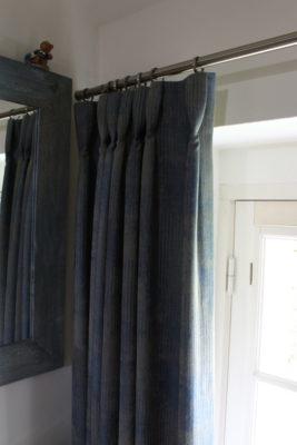 Rideaux sur-mesure tête tapissière plis cravate tissu bleu et gris Wind Tapissier tapissière Abat-jouriste Métissage et Matières Yvelines 78 Eure 27 Hauts-de-Seine 92 Paris 75